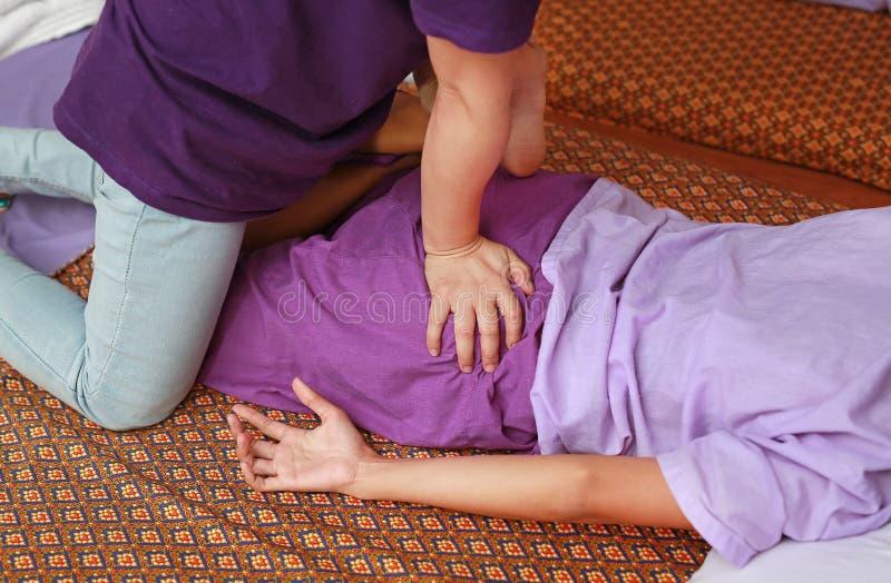 Berömd thailändsk massage, terapeuthandling för kund arkivfoton