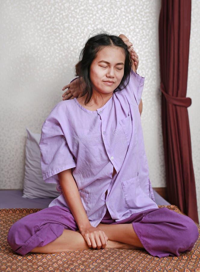 Berömd thailändsk massage, terapeuthandling för kund royaltyfria bilder