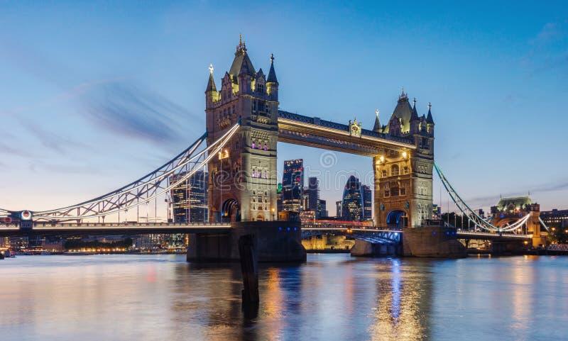 Berömd tornbro på solnedgången London, UK royaltyfri foto