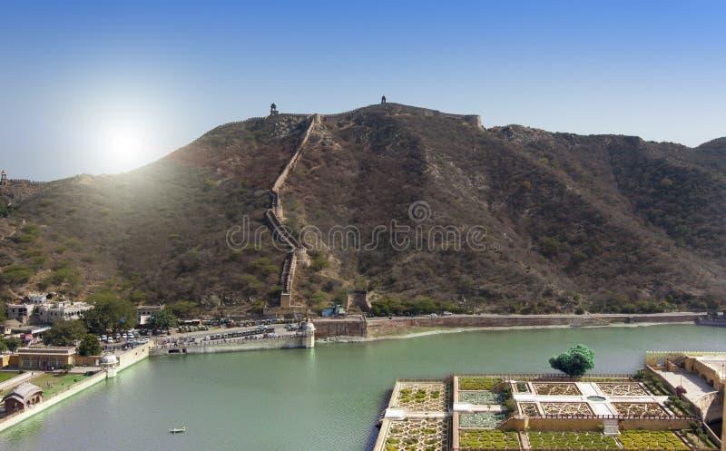 Berömd turist- gränsmärke för indiskt lopp - det bärnstensfärgade fortet arbeta i trädgården på Maota sjön, Jaipur, Indien royaltyfri bild