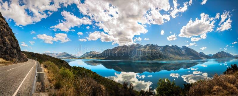Berömd utkik på den guld- timmen på sjön Wakatipu, Nya Zeeland arkivbild