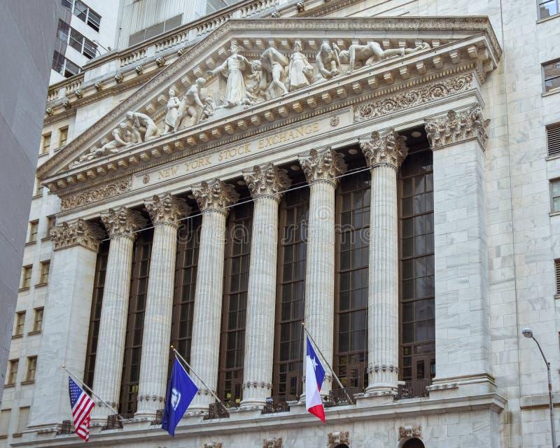 Berömd vägggata och den byggande New York Stock Exchange Huvudsaklig fasad fotografering för bildbyråer