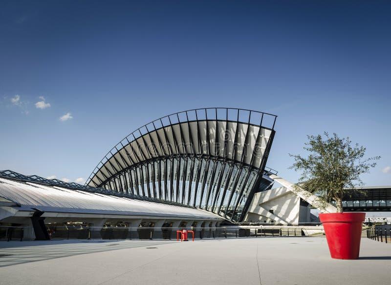 Berömd yttersida för gränsmärke för järnvägsstation för lyon flygplatstgv i fra royaltyfria foton