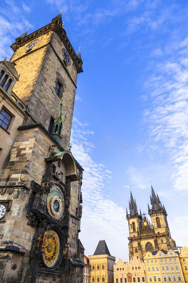 berömda astronomiska klockor och Tyn domkyrka royaltyfri bild