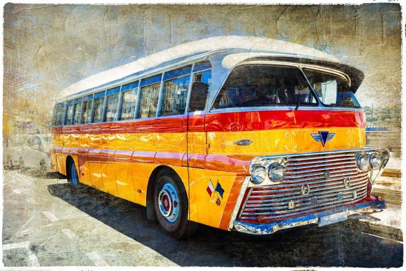 Berömda bussar för tappning av Malta retro stil i korrekt läge för flickahattbild royaltyfria foton