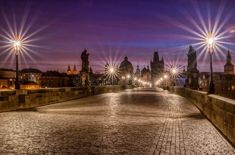 Berömda Charles Bridge i Prague på soluppgång arkivfoto