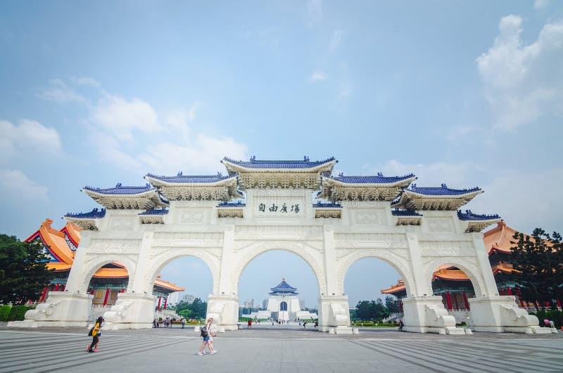 Berömda Chiang Kai-Shek Memorial Hall som är visningsbar i mitt av bågarna på solig dag med turister och duvor royaltyfri fotografi