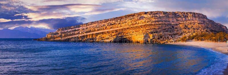 Berömda härliga stränder av Grekland - Matala i Kretaön royaltyfri bild