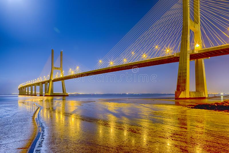 Berömda pittoreska Vasco Da Gama Bridge i Lissabon royaltyfri foto