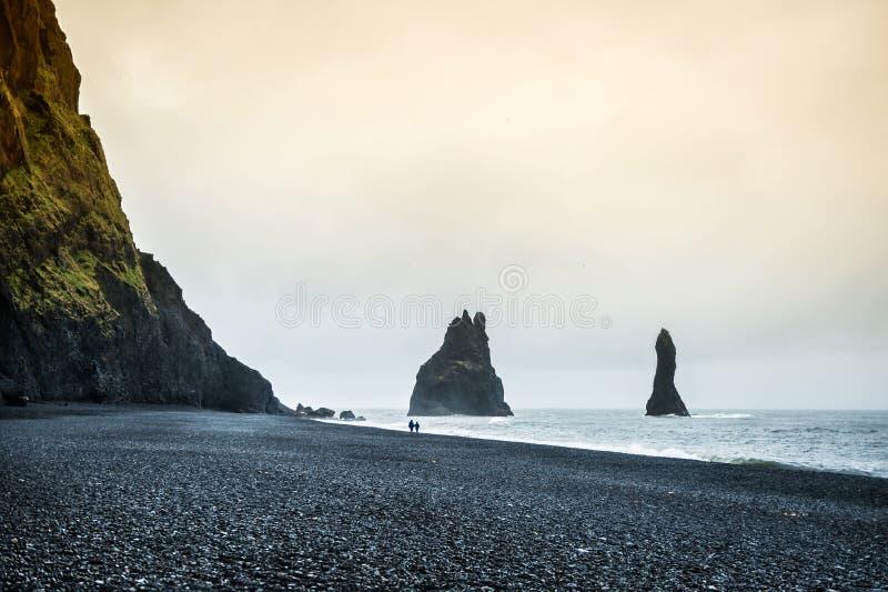 Berömda Reynisdrangar vaggar bildande på den Reynisfjara stranden royaltyfria foton