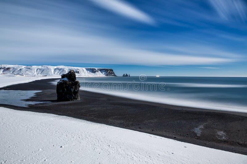 Berömda Reynisdrangar vaggar bildande på den svarta Reynisfjara stranden royaltyfria foton