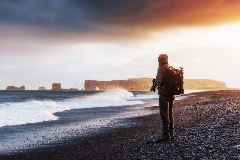 Berömda Reynisdrangar vaggar bildande på den svarta Reynisfjara stranden royaltyfri foto