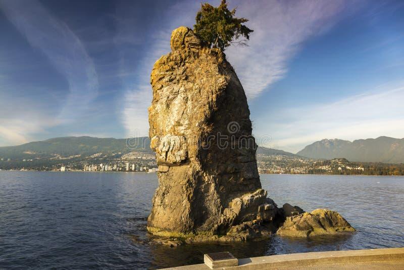 Berömda Siwash vaggar bildande Stanely parkerar skyddsmuren mot havet Vancouver F. KR. Kanada royaltyfria bilder