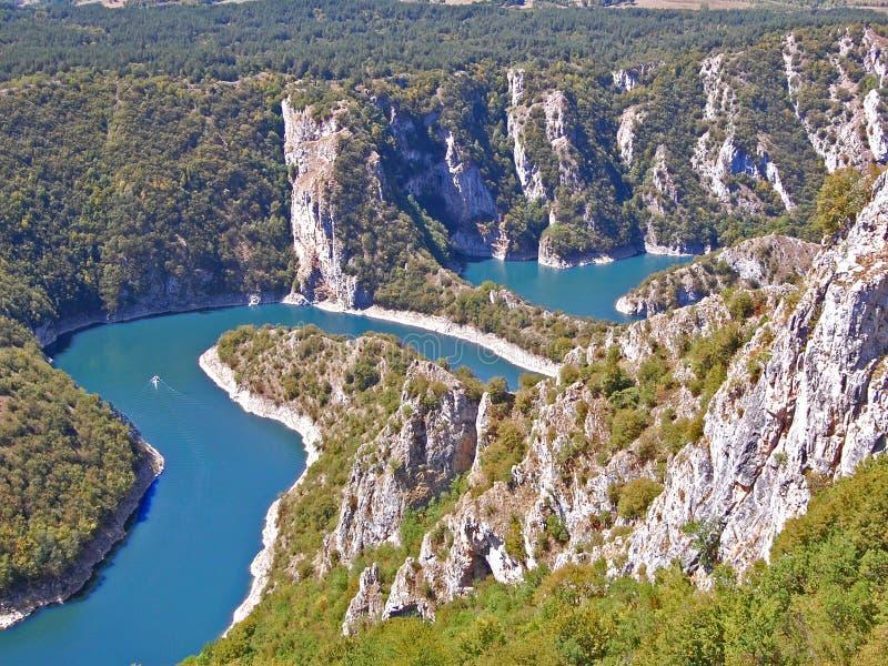 Berömda slingringar av sjön Uvac royaltyfri foto