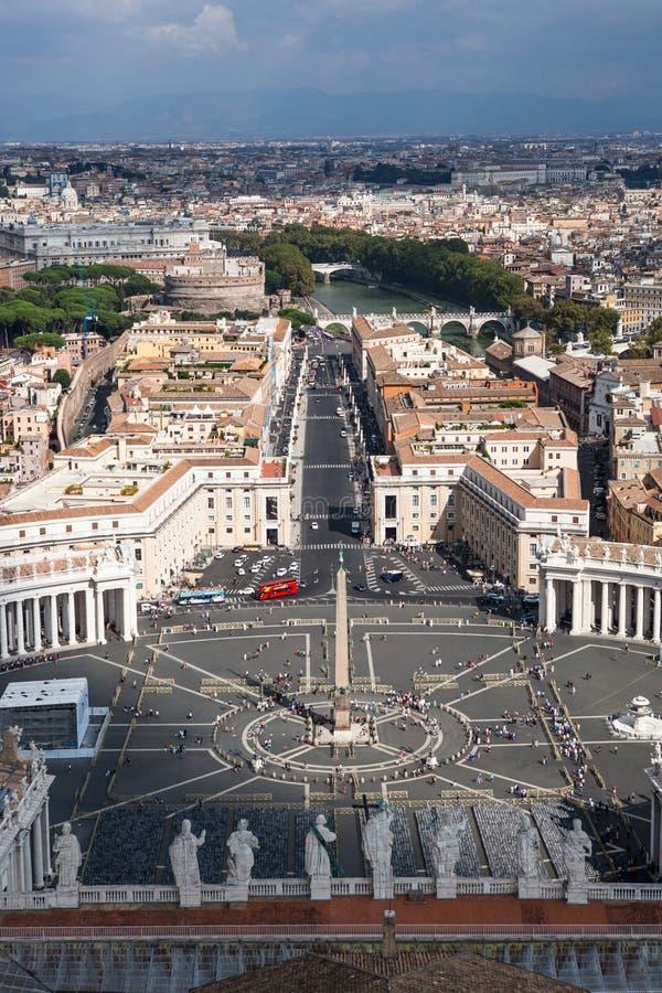 Berömda St Peter & x27; s kvadrerar i Vaticanen, den flyg- sikten av staden Rome, Italien royaltyfri foto