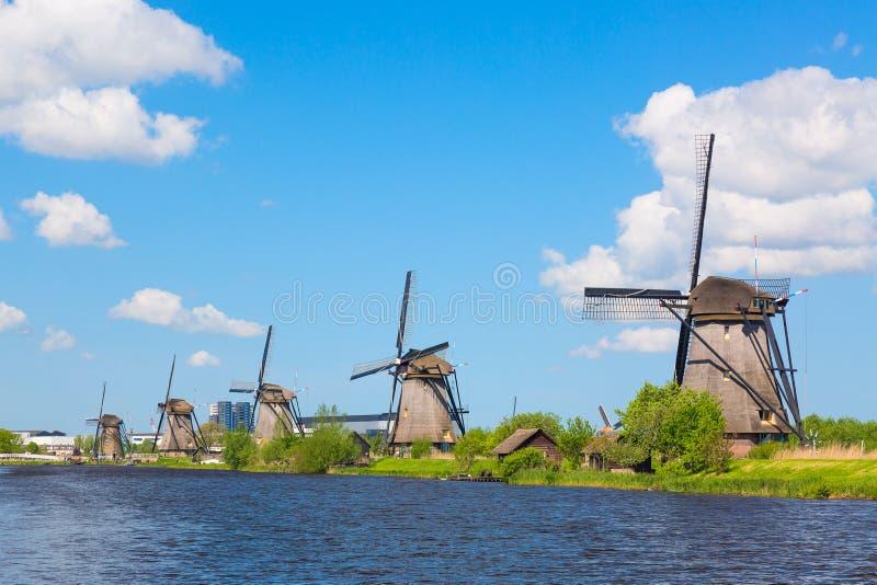 Berömda väderkvarnar i den Kinderdijk byn i Holland Färgrikt vårlandskap i Nederländerna, Europa UNESCOvärldsarv och fam arkivbild