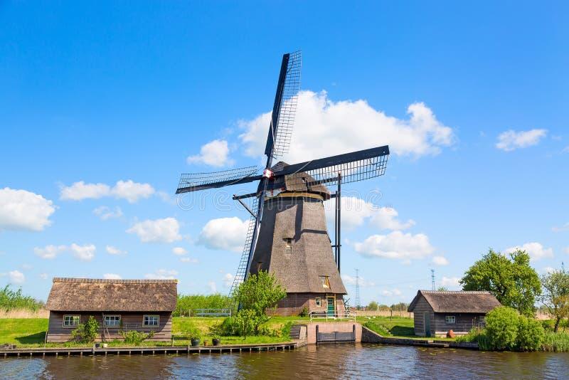 Berömda väderkvarnar i den Kinderdijk byn i Holland Lantligt landskap för färgrik vår med väderkvarnen och blå molnig himmel i Ne arkivbilder