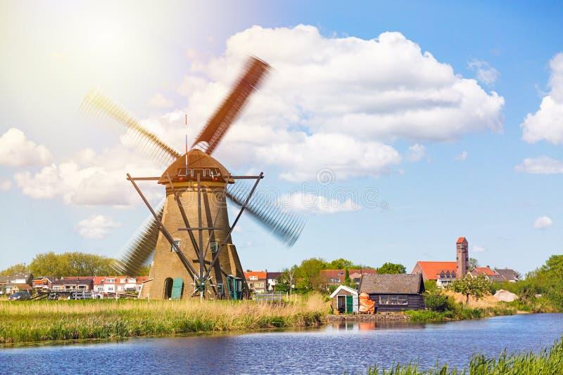Berömda väderkvarnar i den Kinderdijk byn i Holland Snurrwindwill Färgrikt vårlandskap i Nederländerna, Europa UNESCO arkivbild