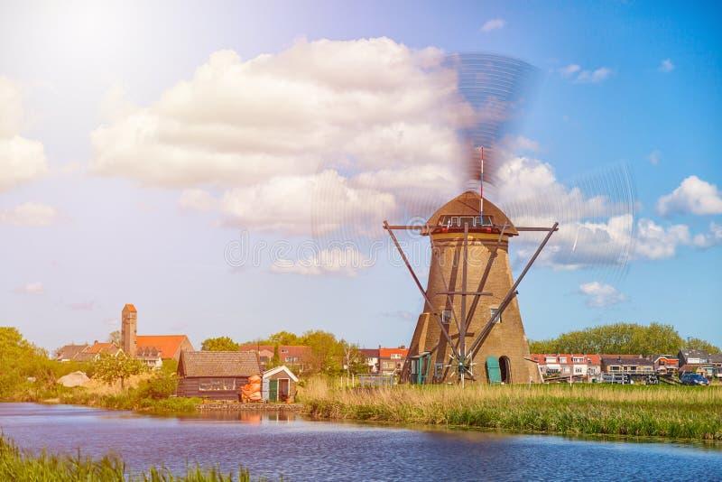 Berömda väderkvarnar i den Kinderdijk byn i Holland Snurrwindwill Färgrikt vårlandskap i Nederländerna, Europa UNESCO Wor royaltyfri bild