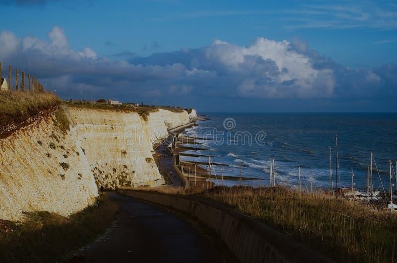Berömda vita klippor av Förenadet kungariket England nästan Brighton Marina på söderna längs den engelska kanalen på solnedgången arkivbilder