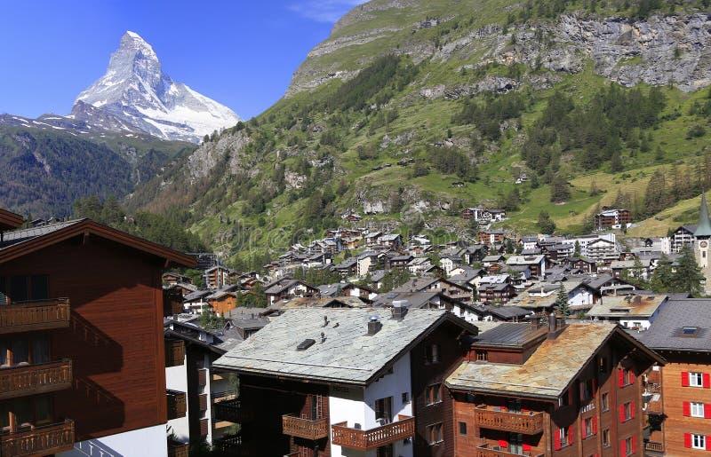 Berömda Zermatt skidar och fotvandra semesterorten med chalet och Matterhorn på bakgrunden royaltyfri fotografi