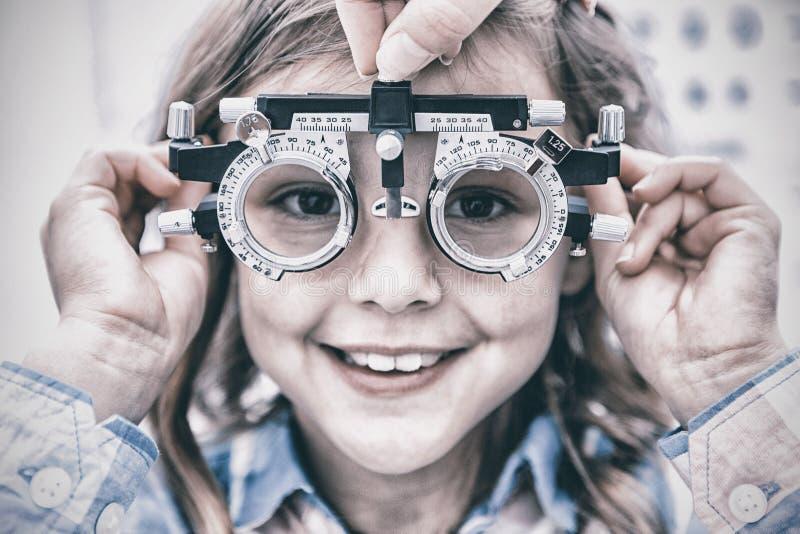 Berömmelse för bärande försök för ung flicka arkivfoto