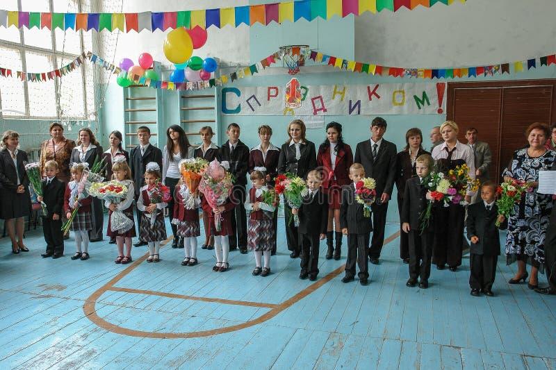 Berömmen av dagen av kunskap i en av de lantliga skolorna av den Kaluga regionen av Ryssland royaltyfria bilder