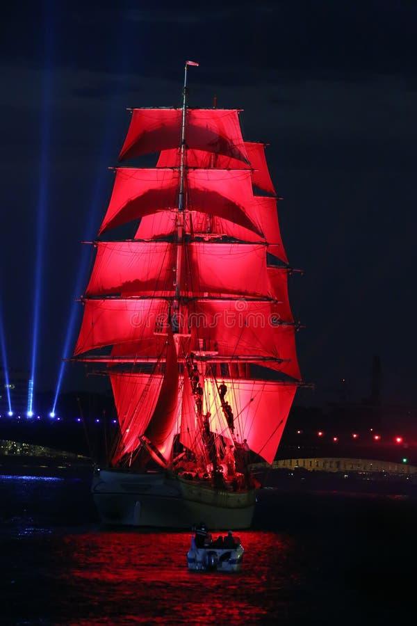 Berömscharlakansrött seglar show under festivalen för vita nätter arkivfoto