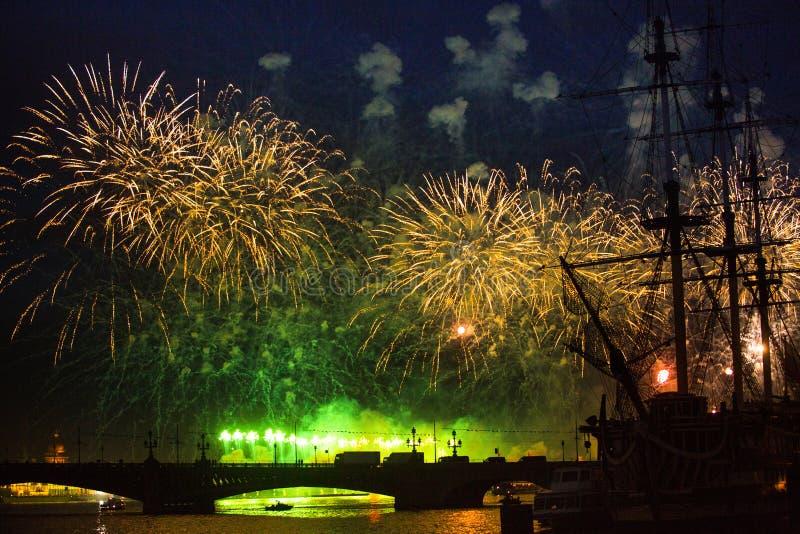 Berömscharlakansrött seglar showen under festivalen för vita nätter, St Petersburg, Ryssland royaltyfri fotografi
