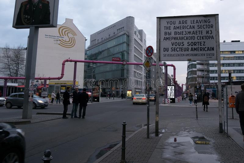 Berömt amerikanskt sektortecken på Checkpoint Charlie, Berlin, Tyskland royaltyfri bild