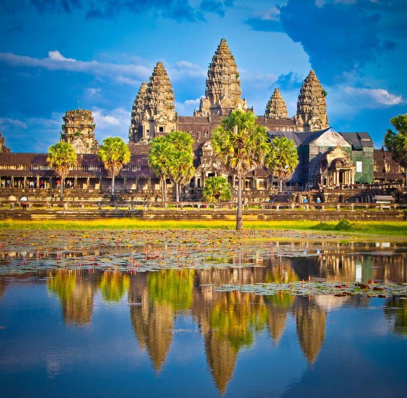 Berömt Angkor Wat tempelkomplex i solnedgång, Cambodja royaltyfria bilder