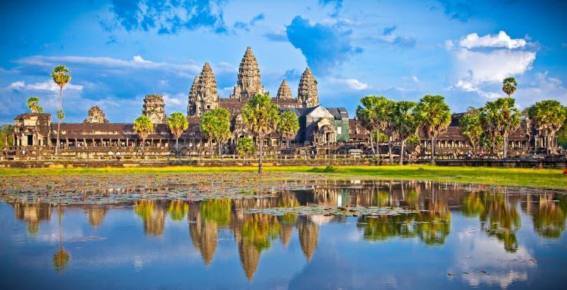 Berömt Angkor Wat tempelkomplex i solnedgång, Cambodja royaltyfri bild