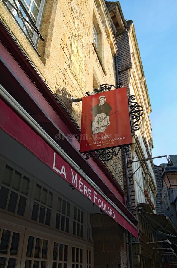 Berömt bara Poulard för restaurang- och hotellLa Forntida byggnader av den gamla staden på den berömda Mont Saint Michel ön royaltyfria foton