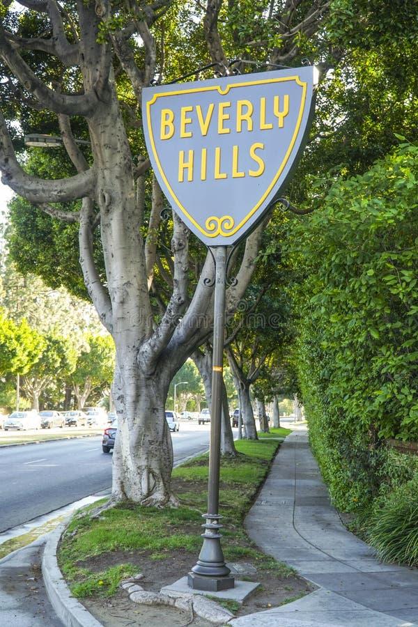 Berömt Beverly Hills tecken på solnedgångboulevarden - LOS ANGELES - KALIFORNIEN - APRIL 20, 2017 arkivfoto