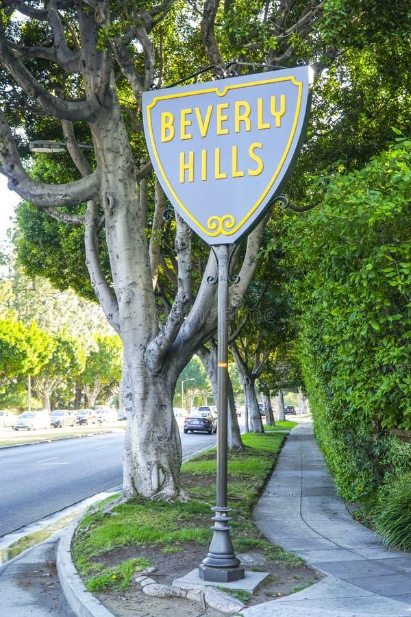 Berömt Beverly Hills tecken på solnedgångboulevarden - LOS ANGELES - KALIFORNIEN - APRIL 20, 2017 royaltyfri foto