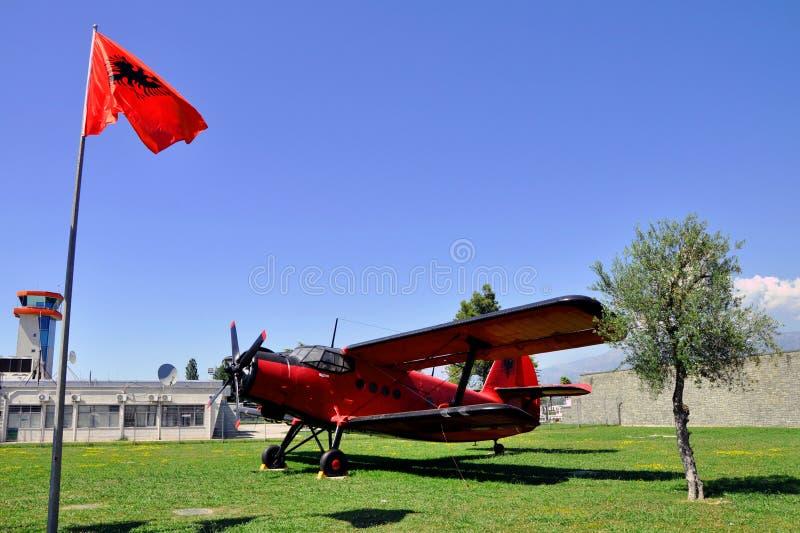 Berömt flygplan som lokaliseras i den Tirana flygplatsen, Albanien arkivfoton