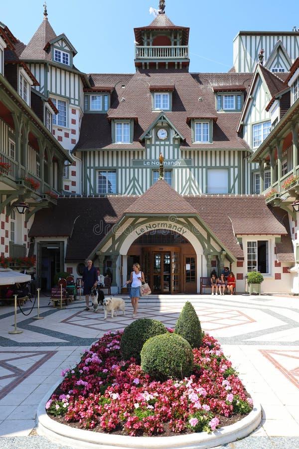 Berömt hotell för fem stjärna - hotell för Le Normandie En traditionell arkitektur av byggnaden Deauville Calvados avdelning arkivfoton