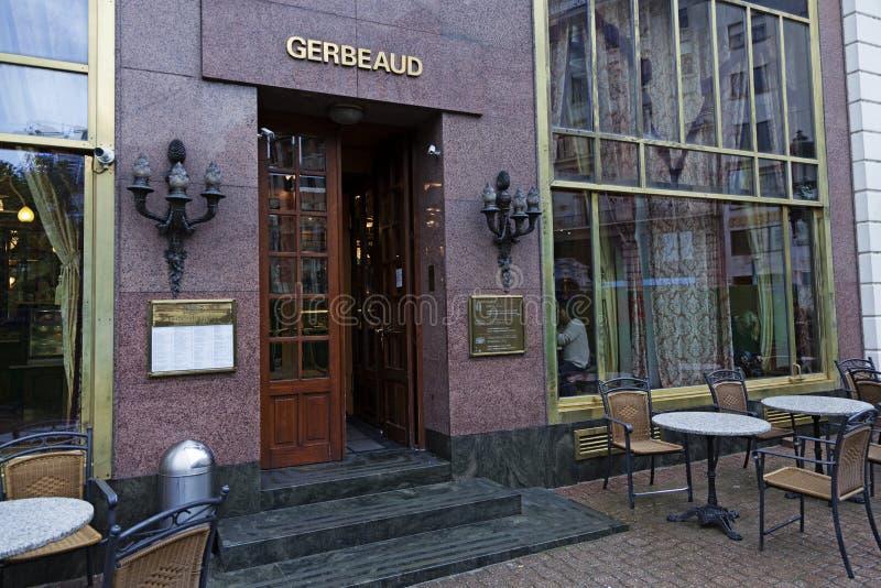 Berömt kafé i Budapest från gatan royaltyfria bilder