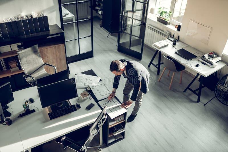 Berömt kontrollera för arkitektur skissar av lägenheten royaltyfri foto