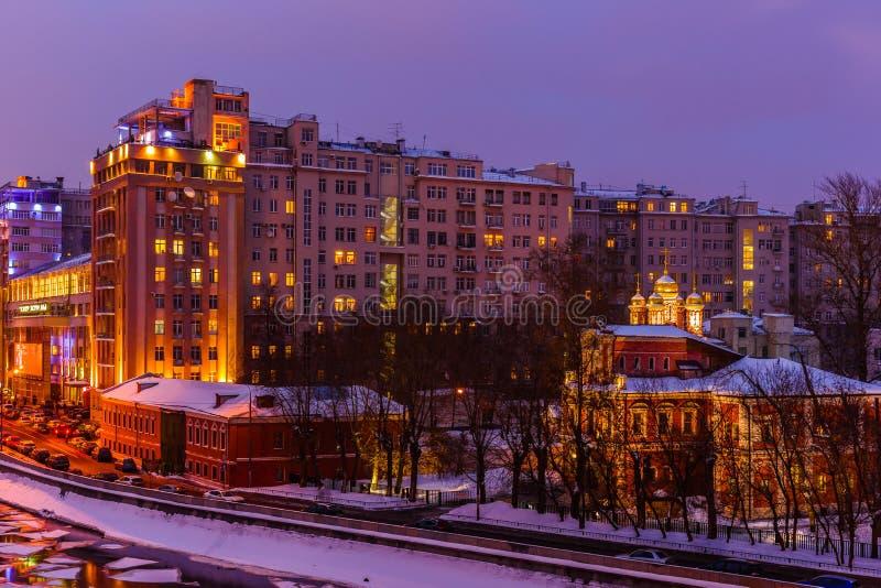 Berömt Moskvahus på invallning royaltyfri bild