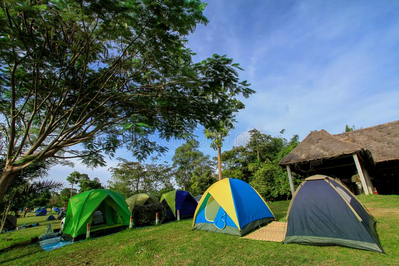Berömt ställe, gräsmatta, Saraburi landskap, sommar, Thailand royaltyfri fotografi