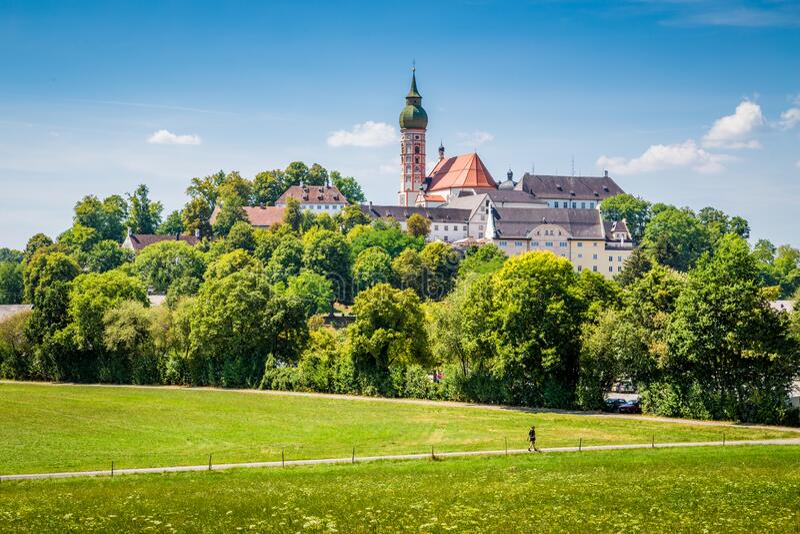 Berühmte Abtei der Anden im Sommer, Bezirk Starnberg, Oberbayern, Deutschland stockfotografie