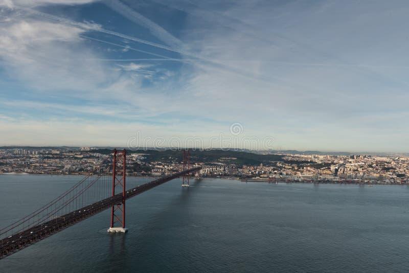 Berühmte 25. April Bridge in Lissabon, Portugal stockfotos