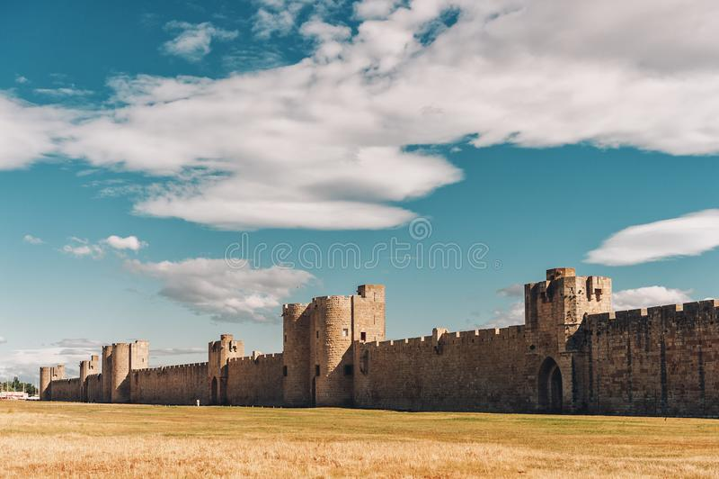 Berühmte Festungsmauer, die Aigues-Mortesstadt, Camargue umgibt lizenzfreies stockfoto