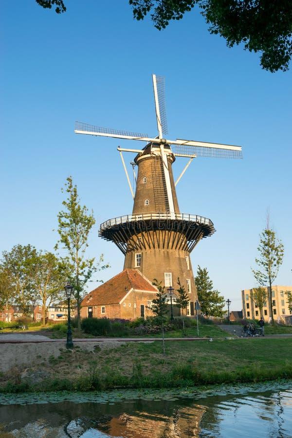 Berühmte klassische Windmühle 'De Valk 'in der Mitte der historischen Stadt von Leiden, Holland stockfotos