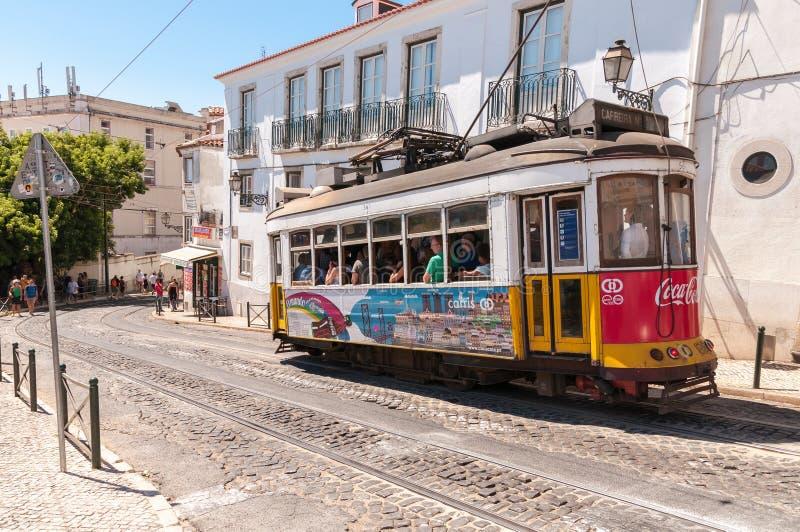Berühmte Lissabon-Tram Nr. 28 stockbild