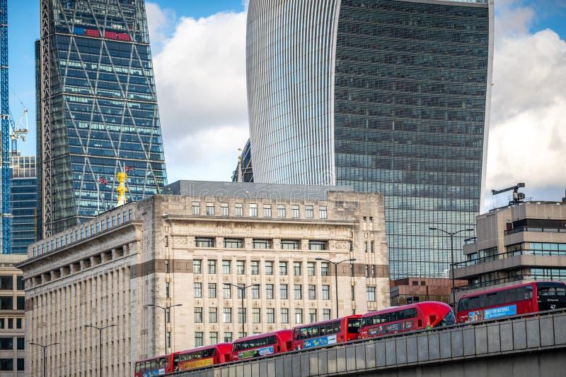Berühmte London-Bürogebäude und rote Busse lizenzfreie stockbilder