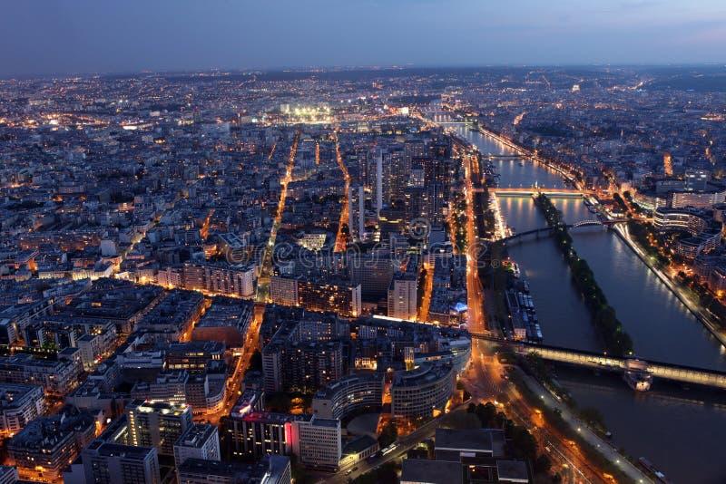 Berühmte Nachtansicht von Paris mit der Seine vom Eiffel stockbild
