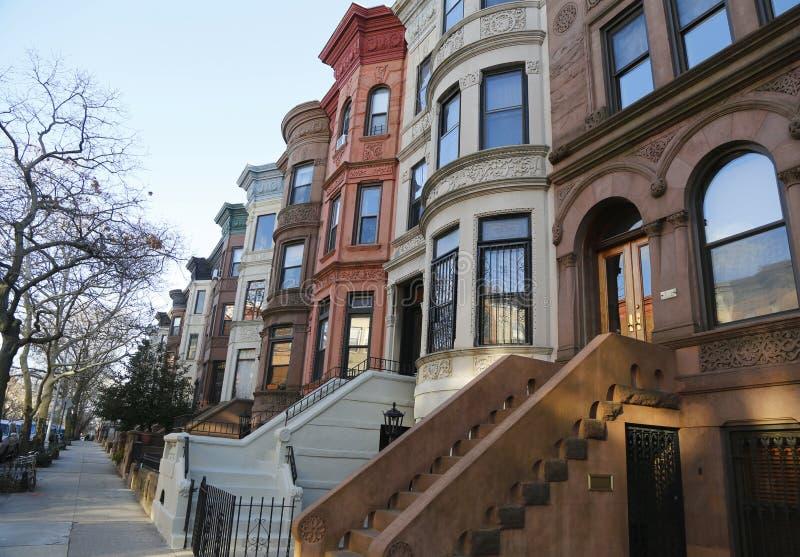 Berühmte New- York Citybrownstones in der Aussicht-Höhennachbarschaft in Brooklyn stockbilder