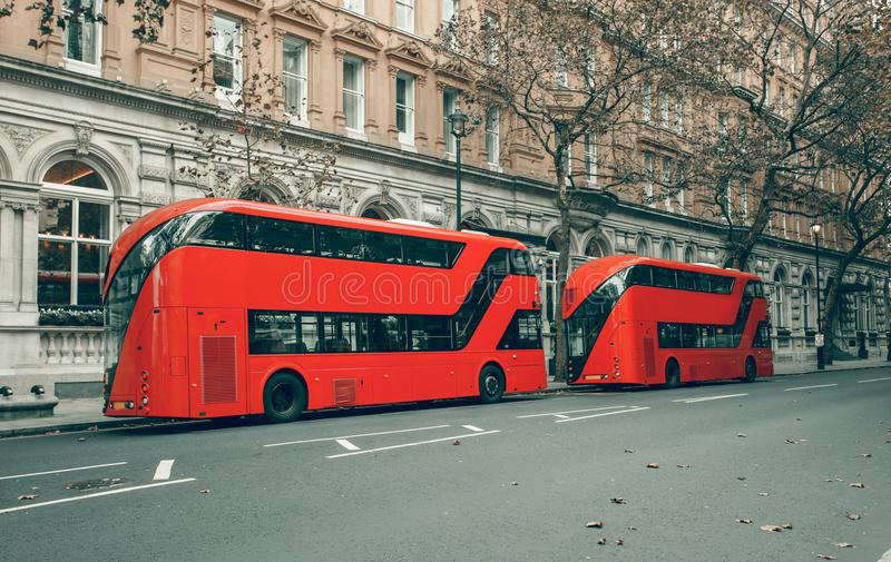 Berühmte rote Doppeldecker London-Busse stockfotos